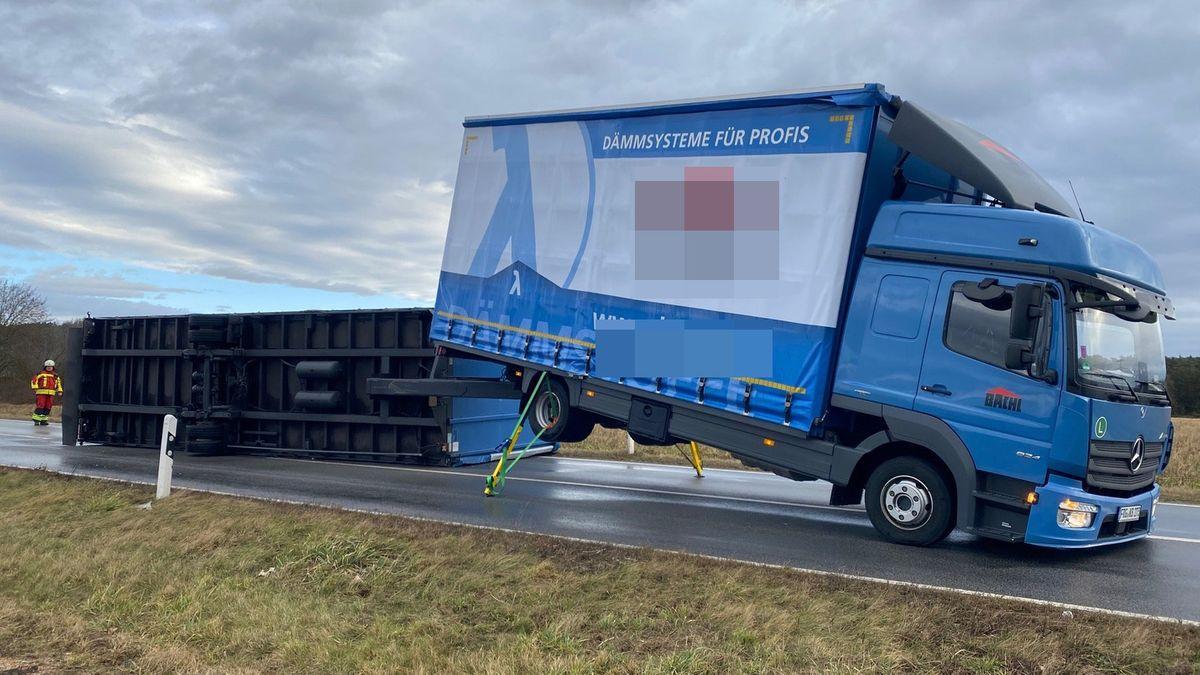 """Ein umgestürzter LKW liegt auf der A3 zwischen Laaber und Nittendorf. Der LKW wurde im Sturmtief """"Sabine"""" von einer Windböe erfasst."""