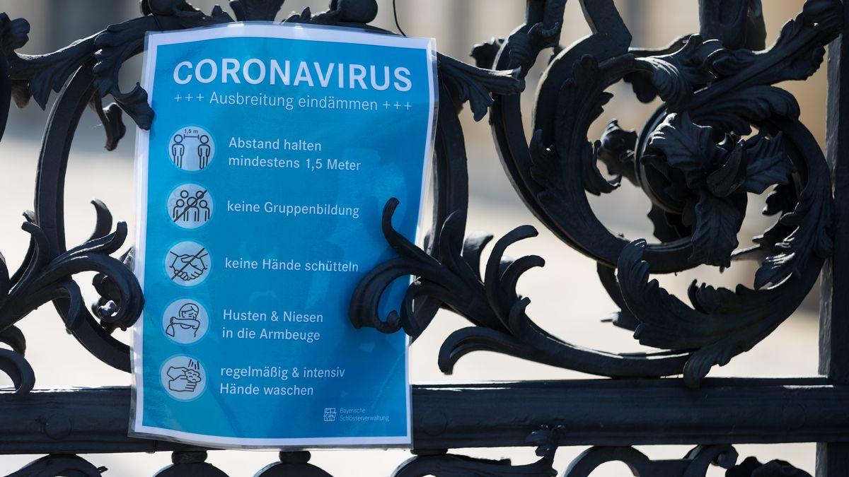Hygiene-Regeln zur Coronapandemie an einem Metalltor.