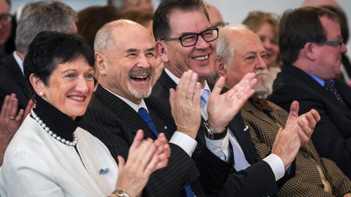 Empfänger der Verfassungsmedaille in Gold (v.l.): Inge Aures, stellvertretende Vorsitzende der SPD-Landtagsfraktion in Bayern, Jürgen Heike, CSU und Bundesentwicklungsminister Gerd Müller, CSU,