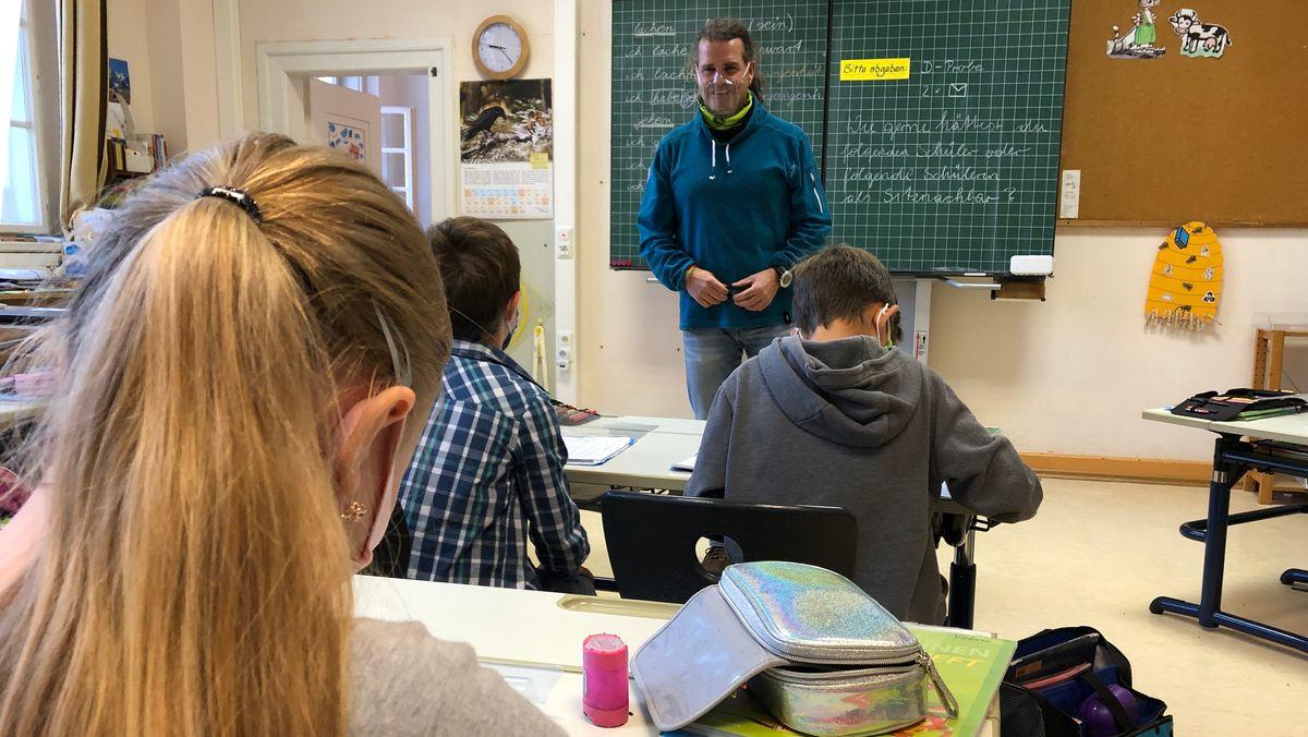 Klassenlehrer Andreas Mandl in der 4a der Grundschule Heilingbrunner in Bad Reichenhall