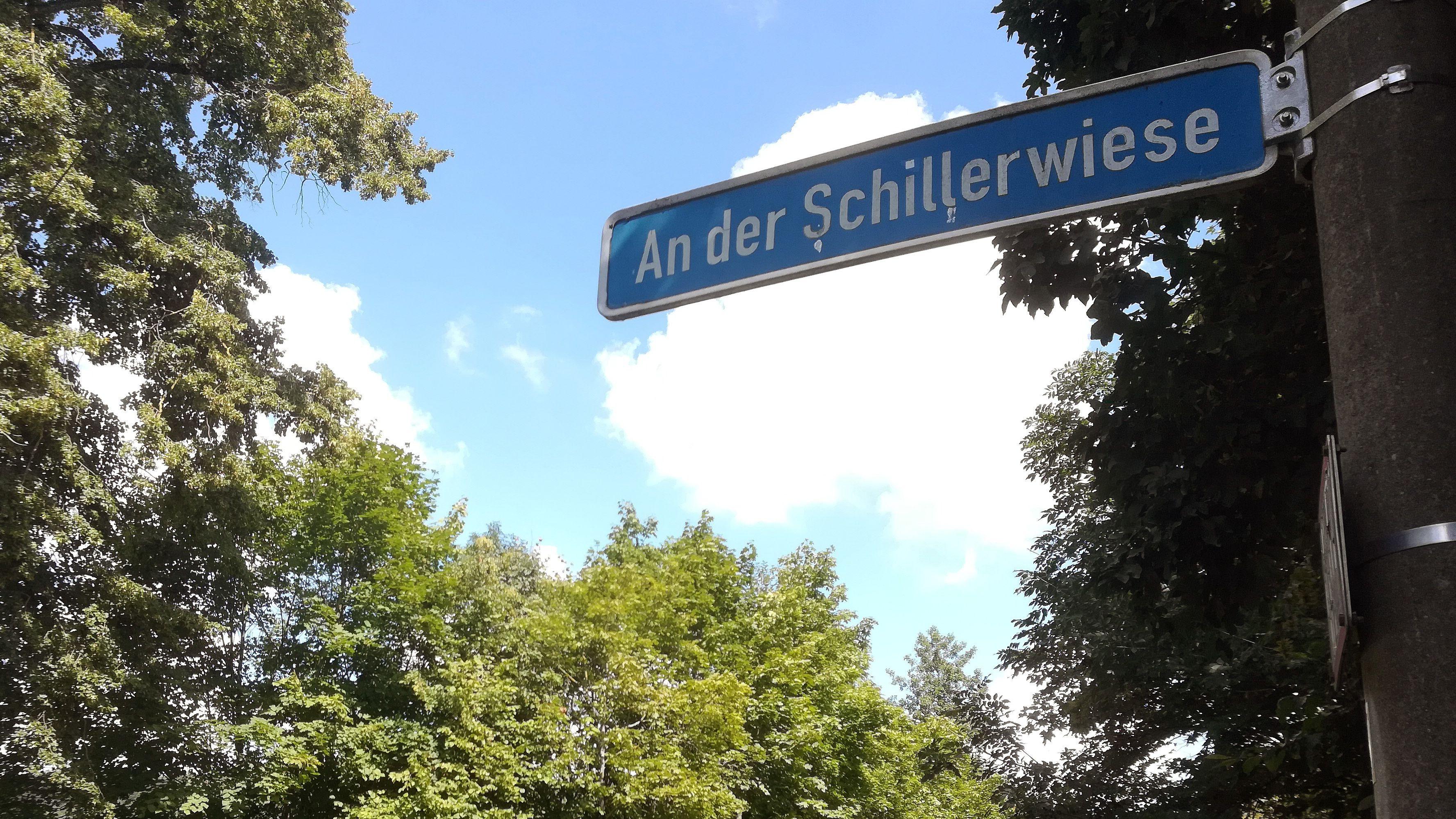Vor einer Gaststätte im Regensburger Westen hat ein Mann eine Pistole gezogen und Gäste bedroht. Später nahm sich der Mann offenbar das Leben.