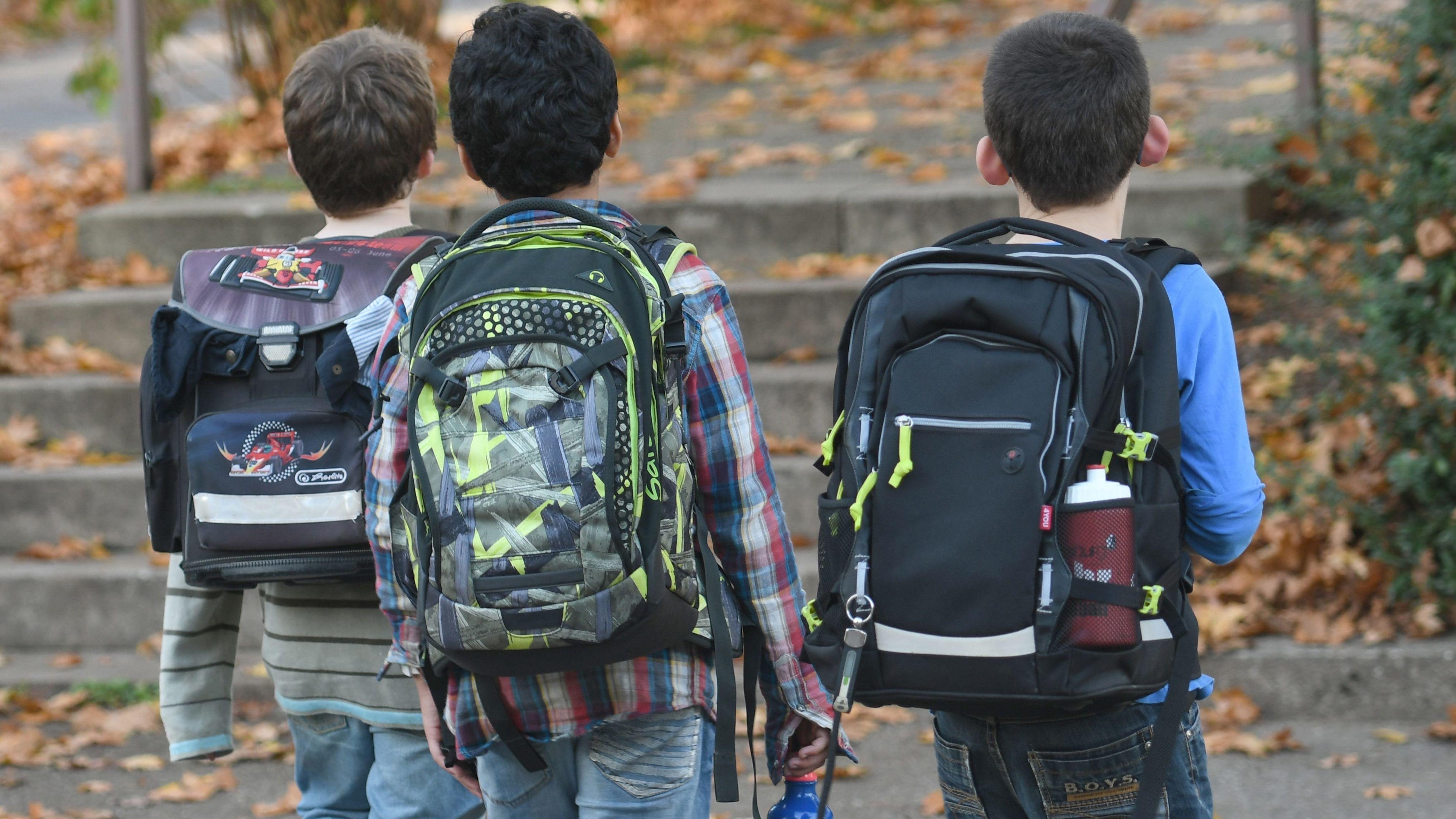 Kinder mit Ranzen nach Schulschluss auf dem Heimweg in Freiburg