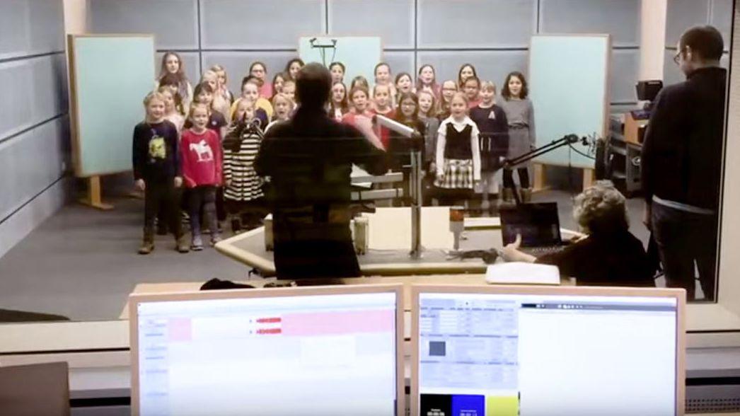 Ausschnitt aus dem kritisierten Video: Der Leiter des WDR-Kinderchors dirigiert die Gruppe in einem Aufnahmestudio
