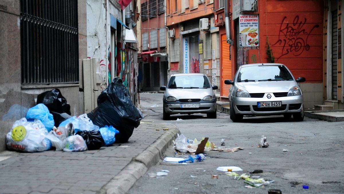 Müll liegt am Straßenrand in Istanbul