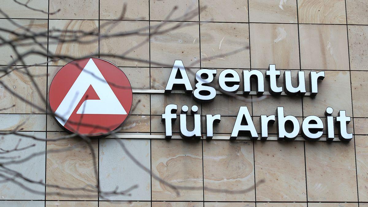 """Schriftzug """"Agentur für Arbeit"""" an einem Gebäude"""