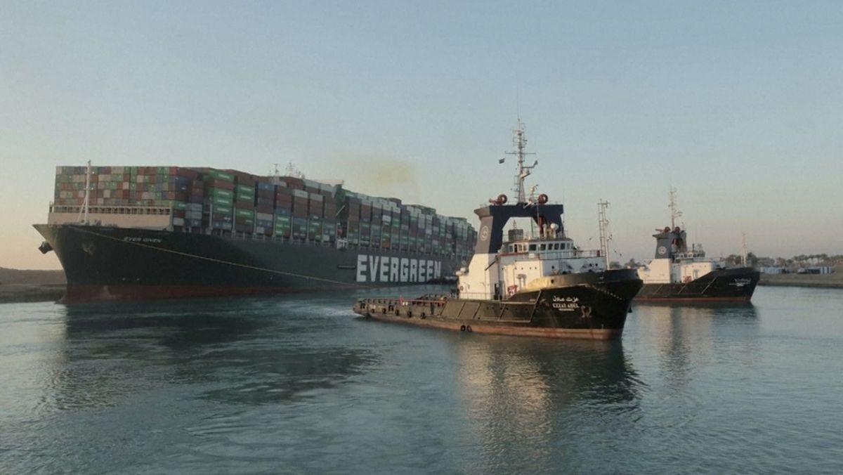 """Schlepper vor der """"Ever Given"""" im Suezkanal"""
