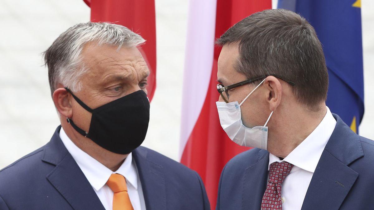 Premierminister von Polen, trägt einen Mundschutz und begrüßt Viktor Orban, Premierminister von Ungarn