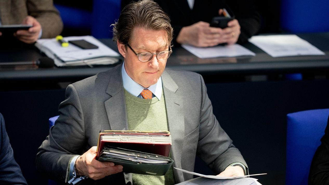 Bundestag - Andreas Scheuer setzt sich und legt Akten auf den Tisch. Ein Symbolbild.