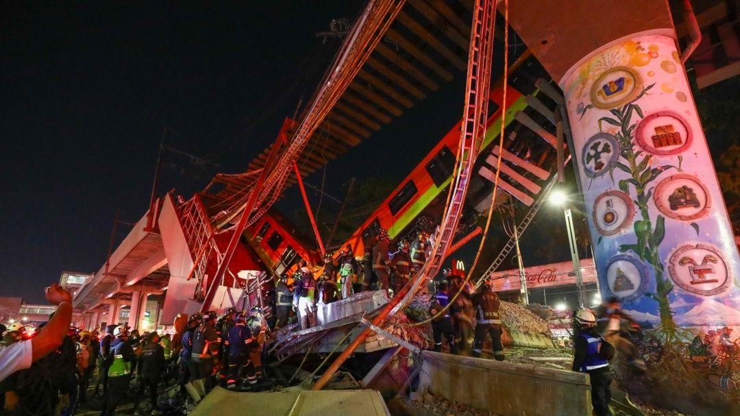 Mexiko-Stadt: Rettungskräfte stehen am Unfallort, nachdem eine U-Bahnbrücke zum Teil eingestürzt ist.