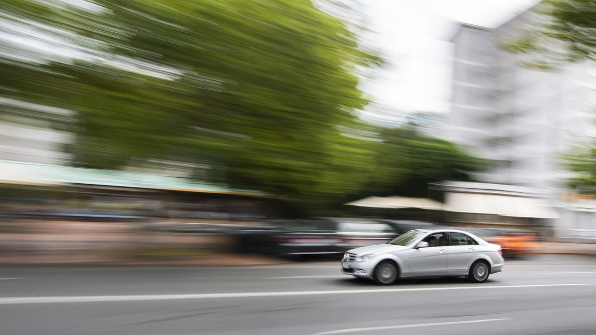 Ein Auto fährt innerorts über die Hildesheimer Straße in Hannover (Symbolbild).