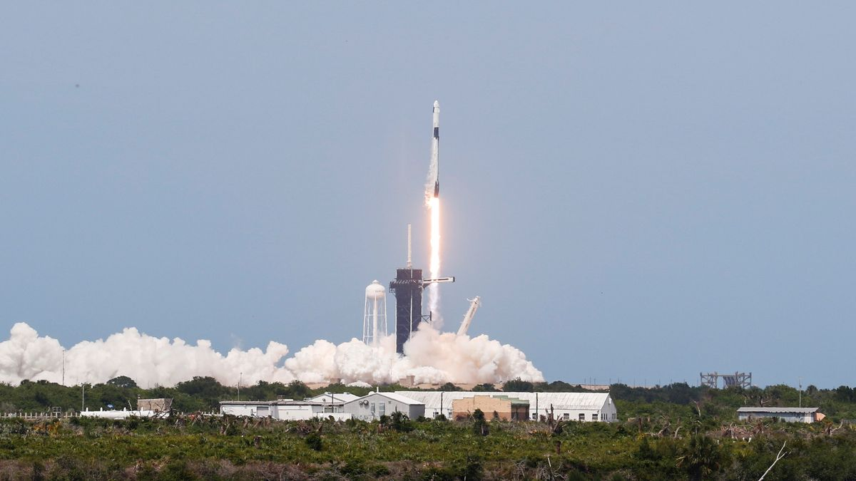 Falcon-9-Rakete mit der Crew Dragon-Kapsel im Moment des Starts