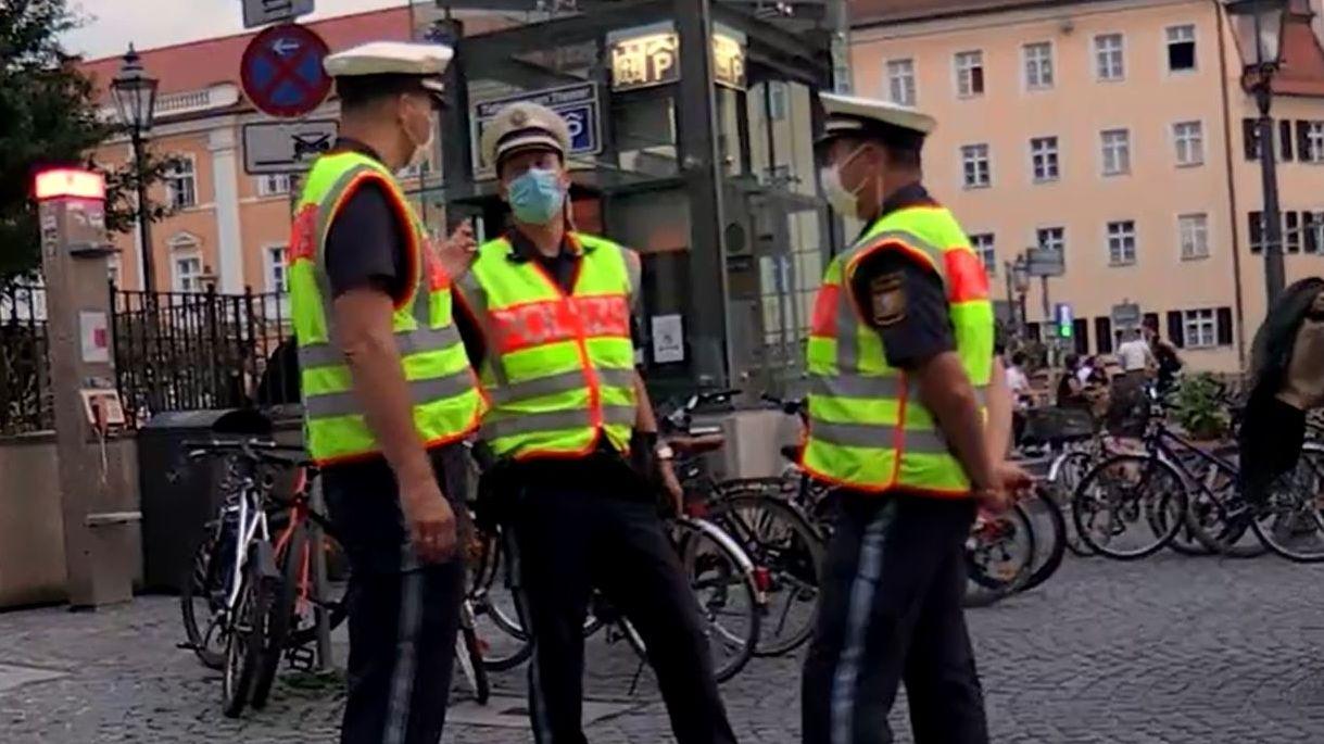 Kommunikationsbeamte der Regensburger Polizei im Corona-Einsatz: Sie überwachen, dass Regeln eingehalten werden.