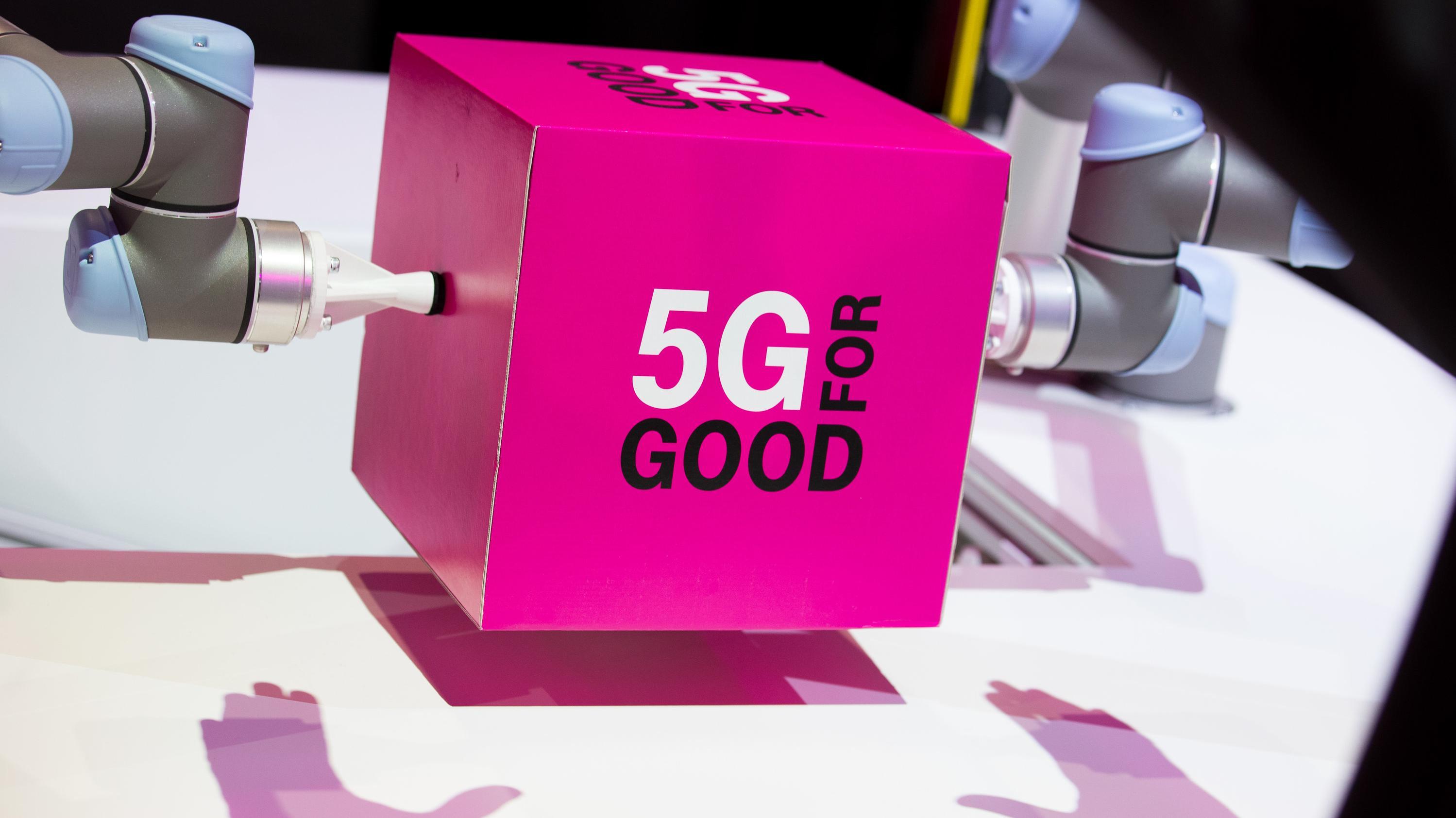 """""""Good For 5G"""" steht bei der IT-Messe CeBIT auf einem Würfel geschrieben."""