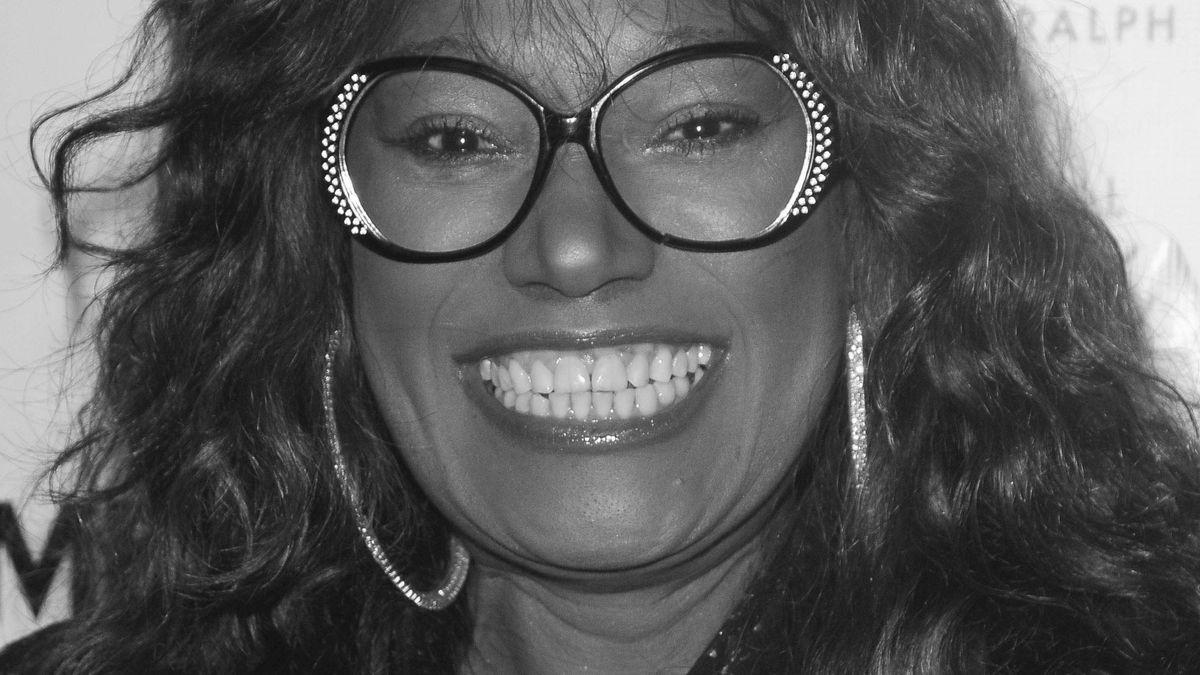 Musikerin Bonnie Pointer blickt lachend in die Kamera