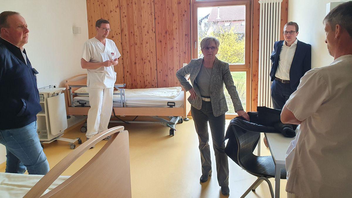 Landrätin Rita Röhrl besucht die Verantwortlichen des Hilfskrankenhauses in Viechtach