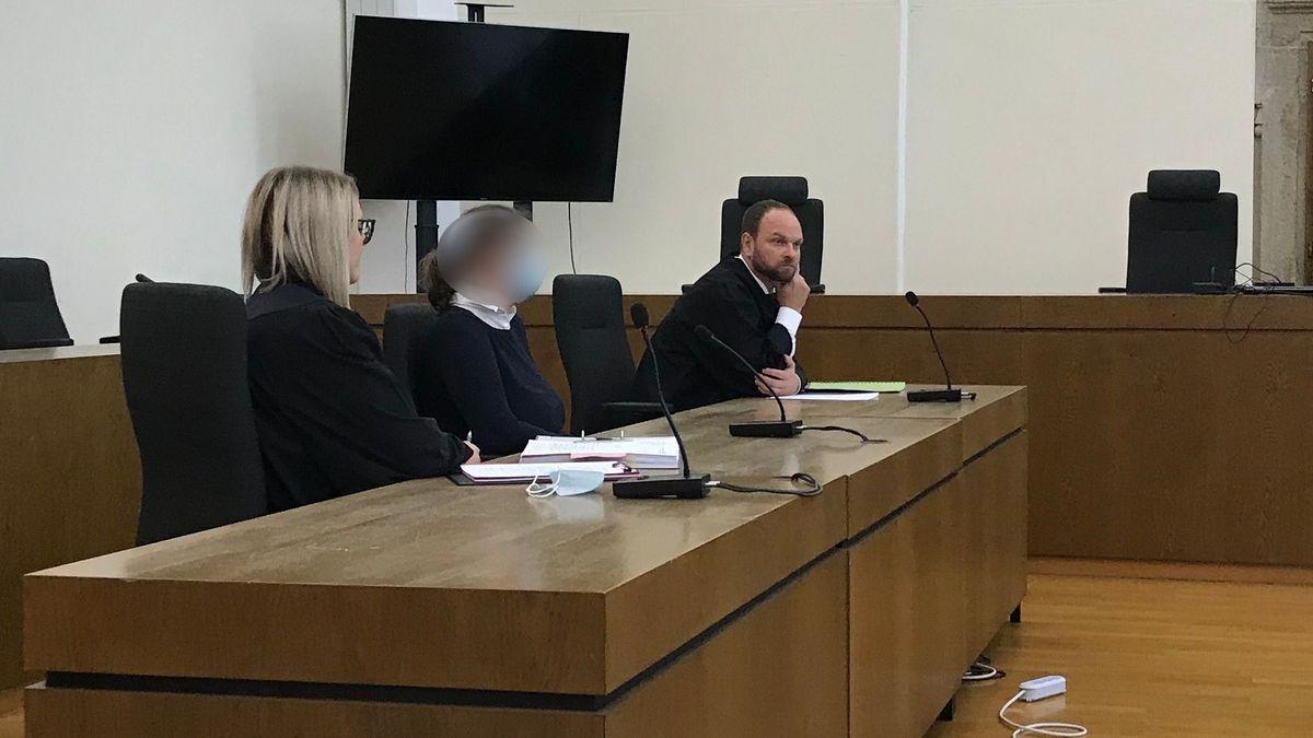 Die Angeklagte mit ihren Anwälten