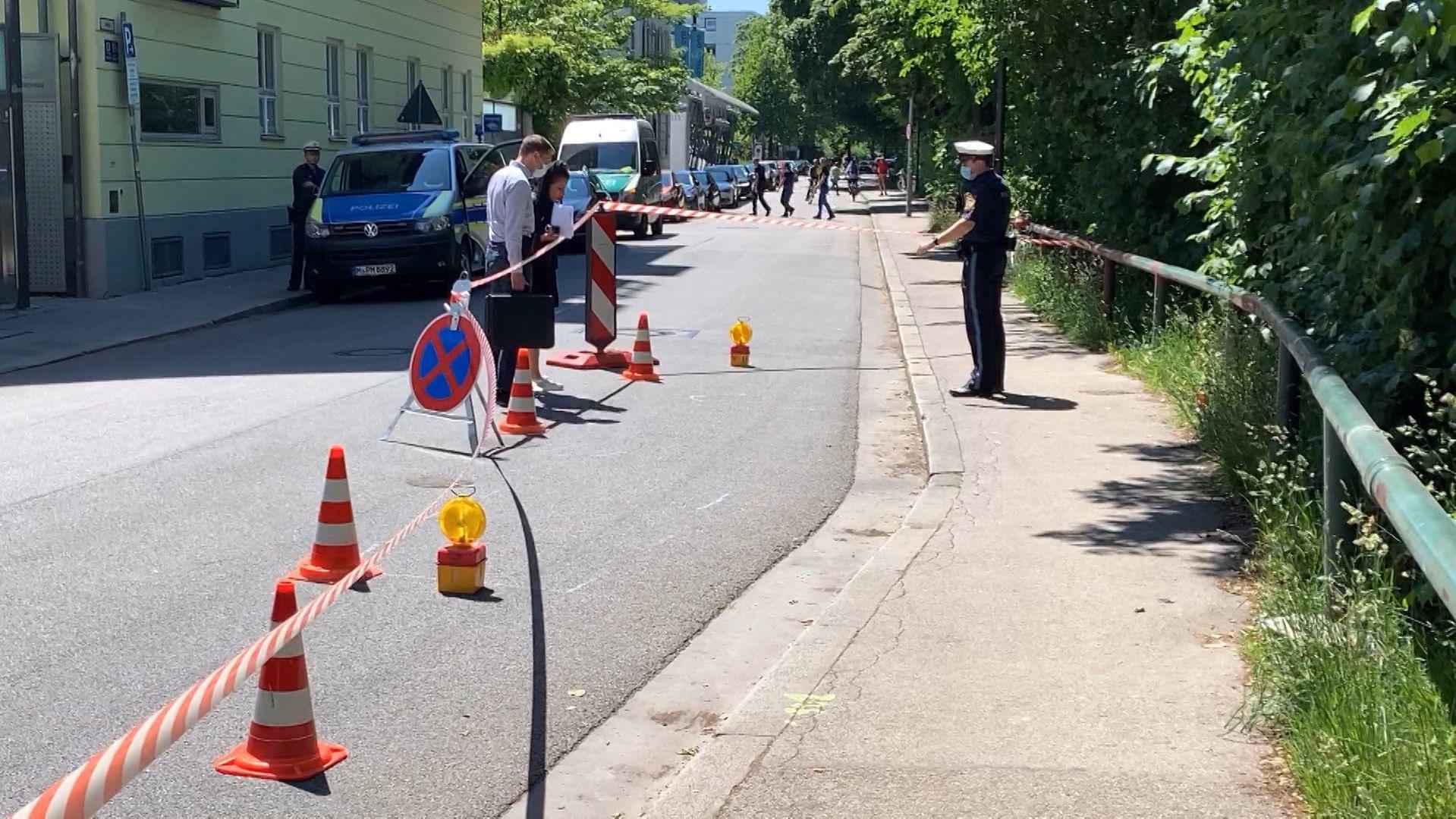 Nach einem Zusammenstoß zwischen zwei Radfahrern gestern Abend in der Münchner Au ist ein 37 Jahre alter Mann in der Nacht an seinen schweren Kopfverletzungen gestorben. Die Polizei fahndet nun nach dem zweiten Unfallbeteiligten.