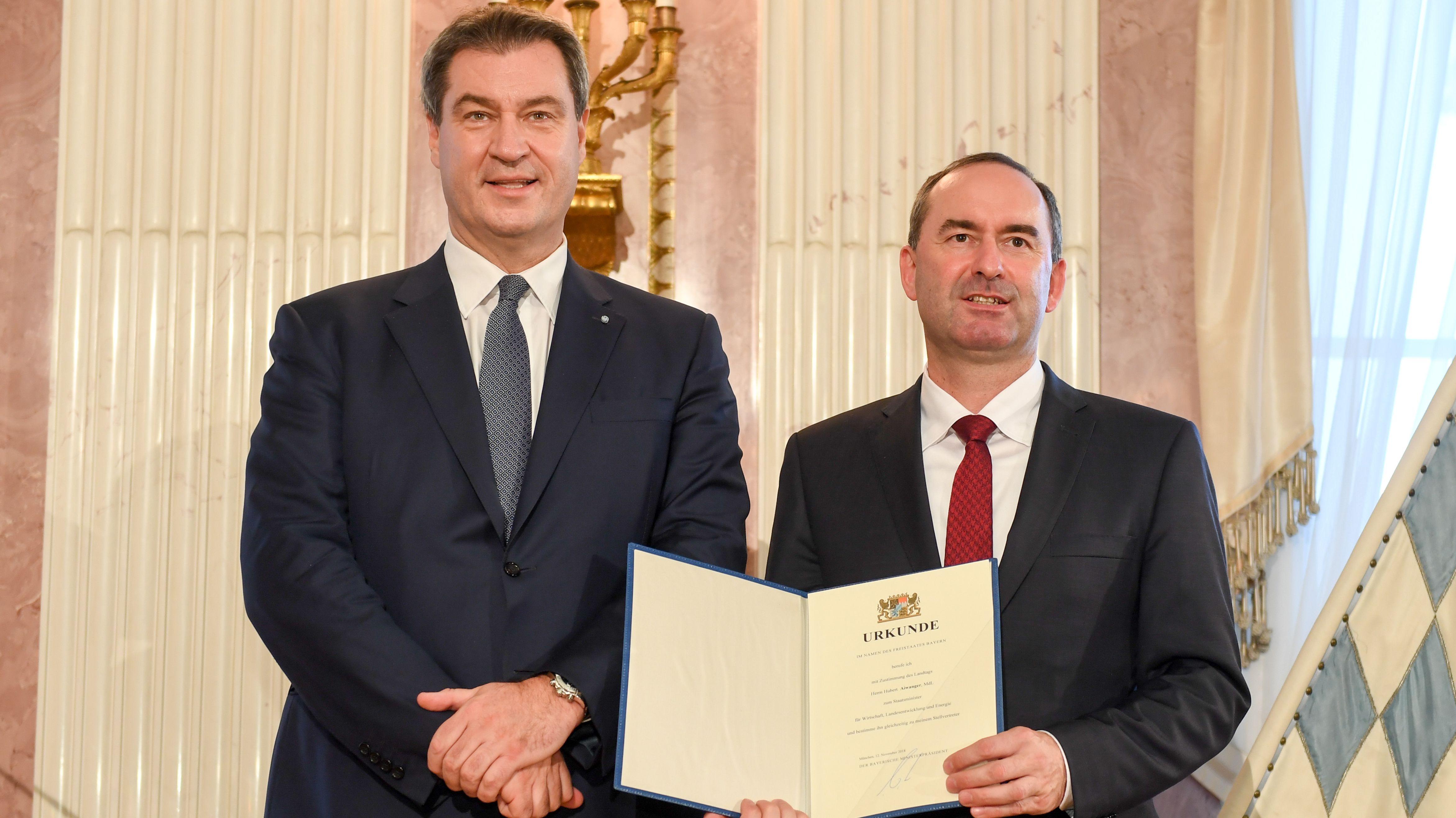 Ministerpräsident Söder (CSU, l.) und Stellvertreter Hubert Aiwanger (Freie Wähler) nach der Vereidigung des bayerischen Kabinetts am 12.11.2018