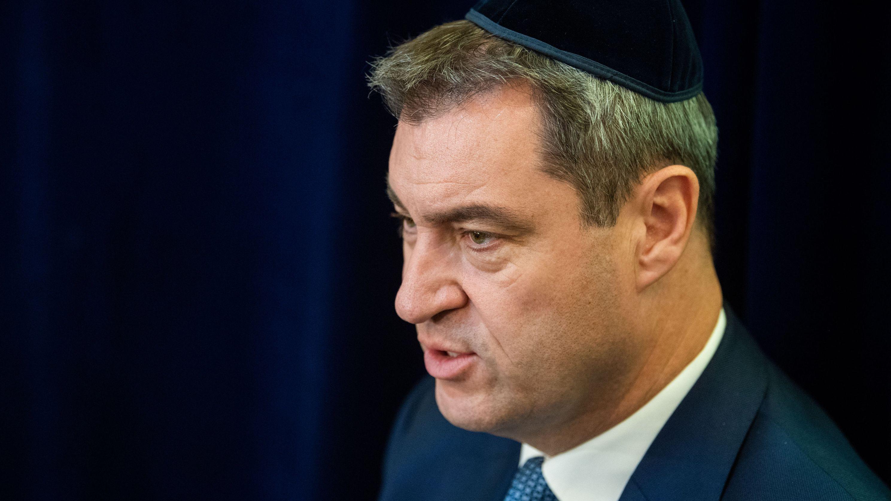 Markus Söder (CSU), Ministerpräsident von Bayern, sitzt in der Synagoge der Israelitischen Kultusgemeinde Nürnberg in einem Gespräch und trägt eine Kippa.