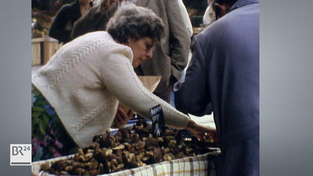 Frau am Pilze-Stand