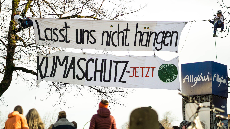Junge Klima-Aktivisten klettern auf Bäume