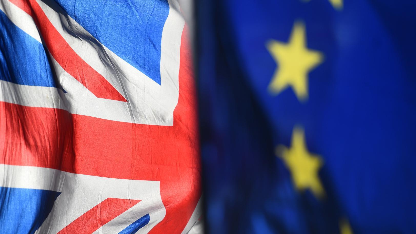 Noch wehen eine Flagge der EU und eine Großbritanniens wehen vor dem britischen Parlament.