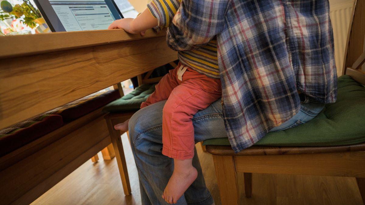 Alleinerziehende mit Kind am Schreibtisch