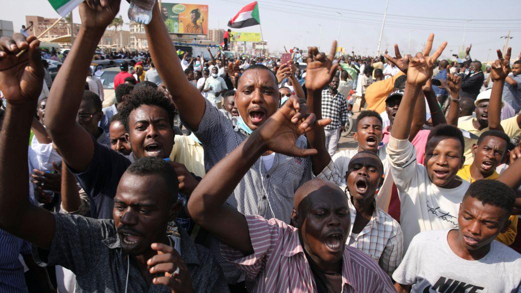 21.10.2021, Sudan, Khartum: Sudanesische Demonstrierende protestieren, um die Auflösung der Übergangsregierung und demokratische Reformen zu fordern. Die Protestler verlangten den Rücktritt des Präsidenten des Souveränen Rats, Armeegeneral A. F. Burhan, und des Kommandeurs der militärischen Spezialeinheit Rapid Support Forces, M. H. Dagalo. Das Militär solle aus der Regierung ausscheiden, hieß es.