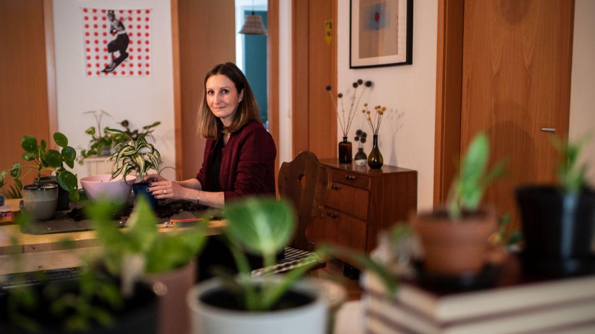 Karin Radesch beim Umpflanzen in ihrer Wohnung in München.