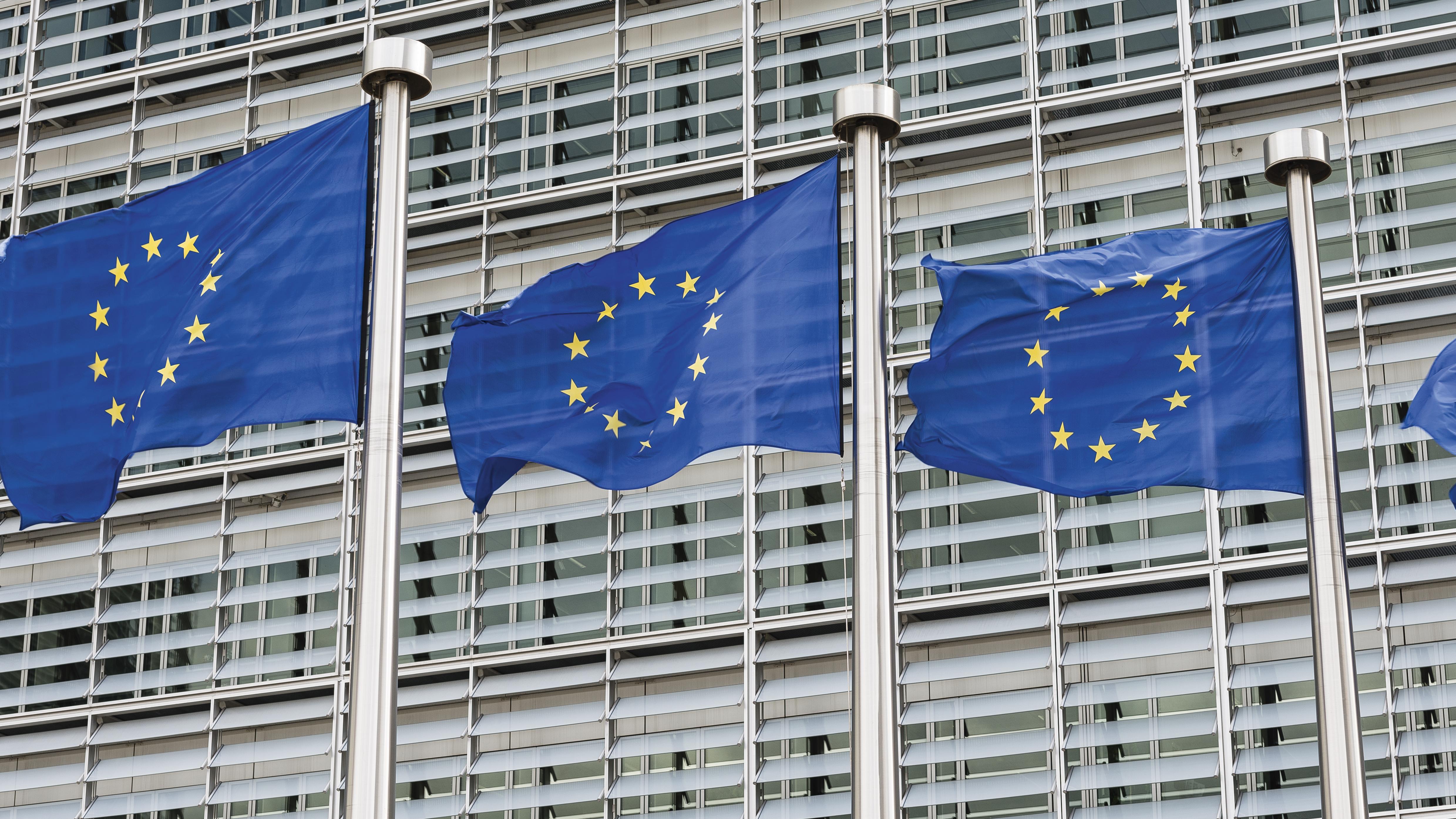 EU-Flaggen wehen vor dem Gebäude der Europäischen Kommission in Brüssel