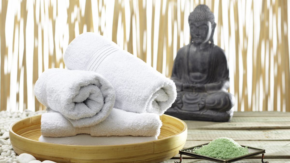 Handtücher und eine Buddha-Statue