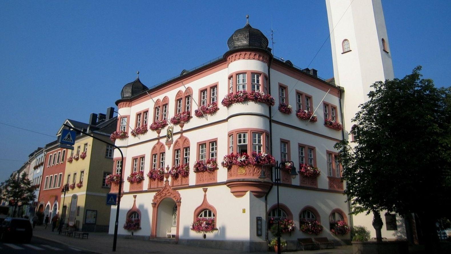 Das Hofer Rathaus, von der Straße aus gesehen, mit seiner Fensterfront und einem Erker.