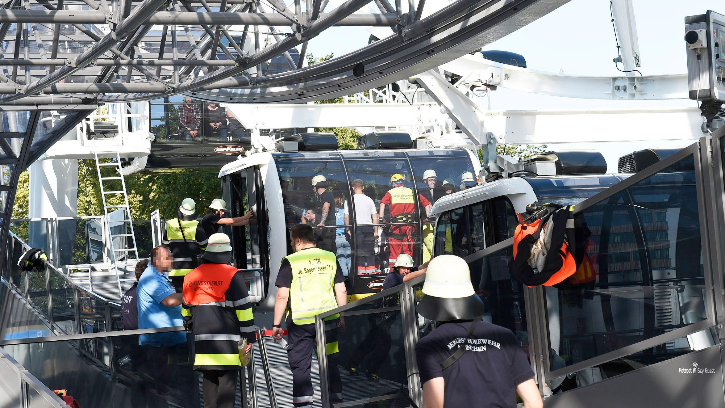 Feuerwehrmänner beschweren nach und nach die Gondeln, um das Riesenrad anzutreiben