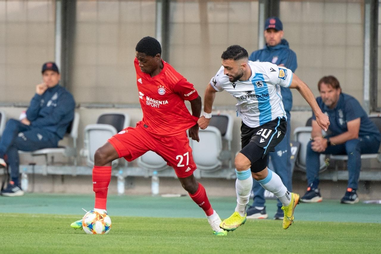 Zweikampf in einer Partie zwischen dem FC Bayern München II und dem TSV 1860 München