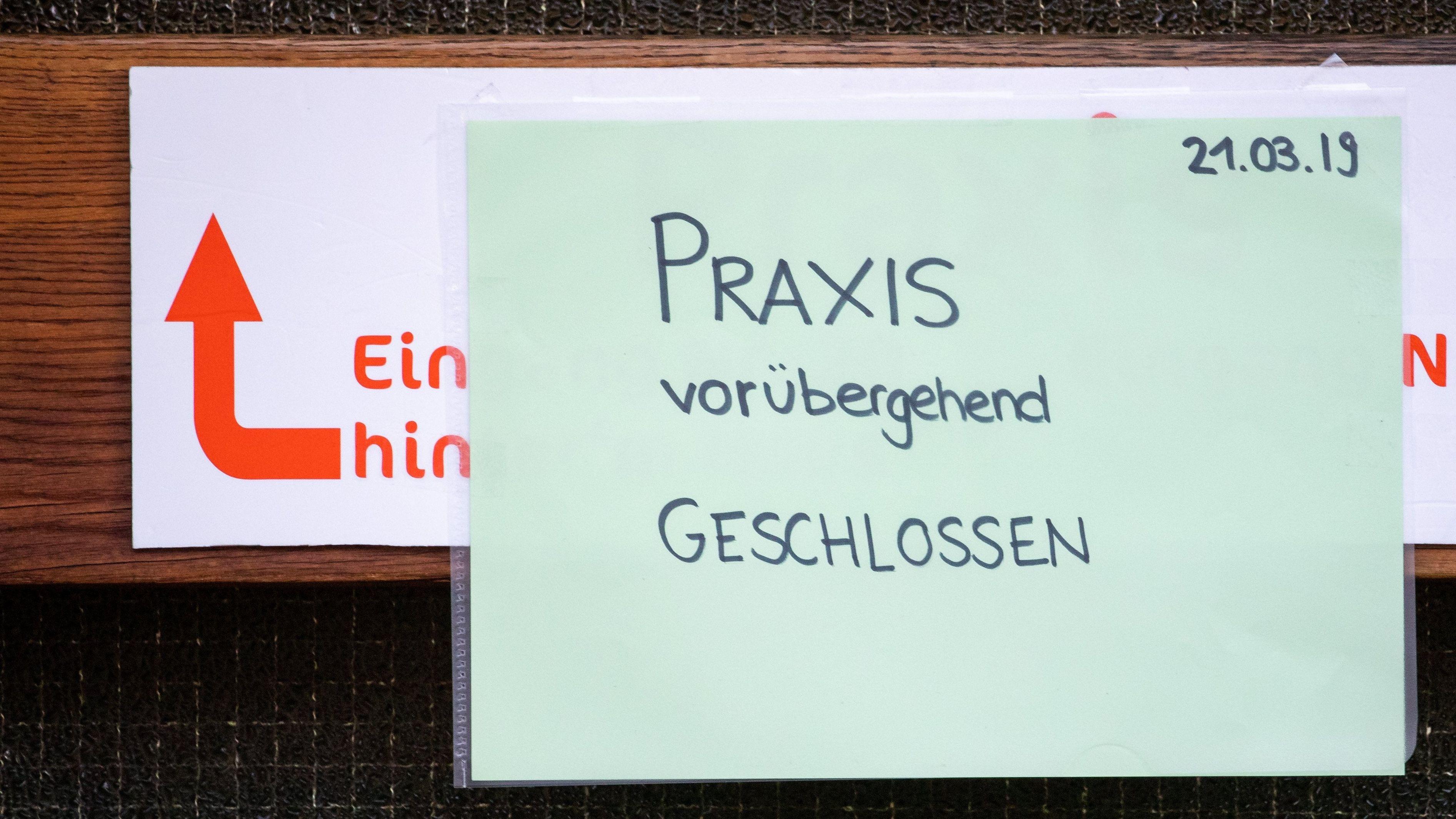 """""""Praxis vorübergehend geschlossen"""" steht auf einem Zettel am Eingang zur einer Praxis für Logopädie in Würzburg."""