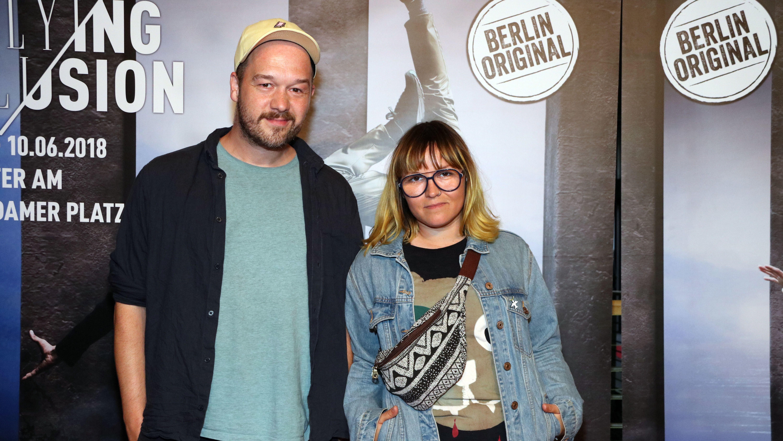 Keyboarder Raphael Schalz und Sängerin Jen Bender stehen nebeneinander.