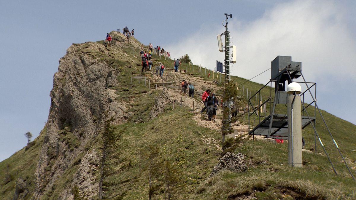 Viele Menschen klettern auf den Gipfel des Hochgrat in Oberstaufen-Steibis