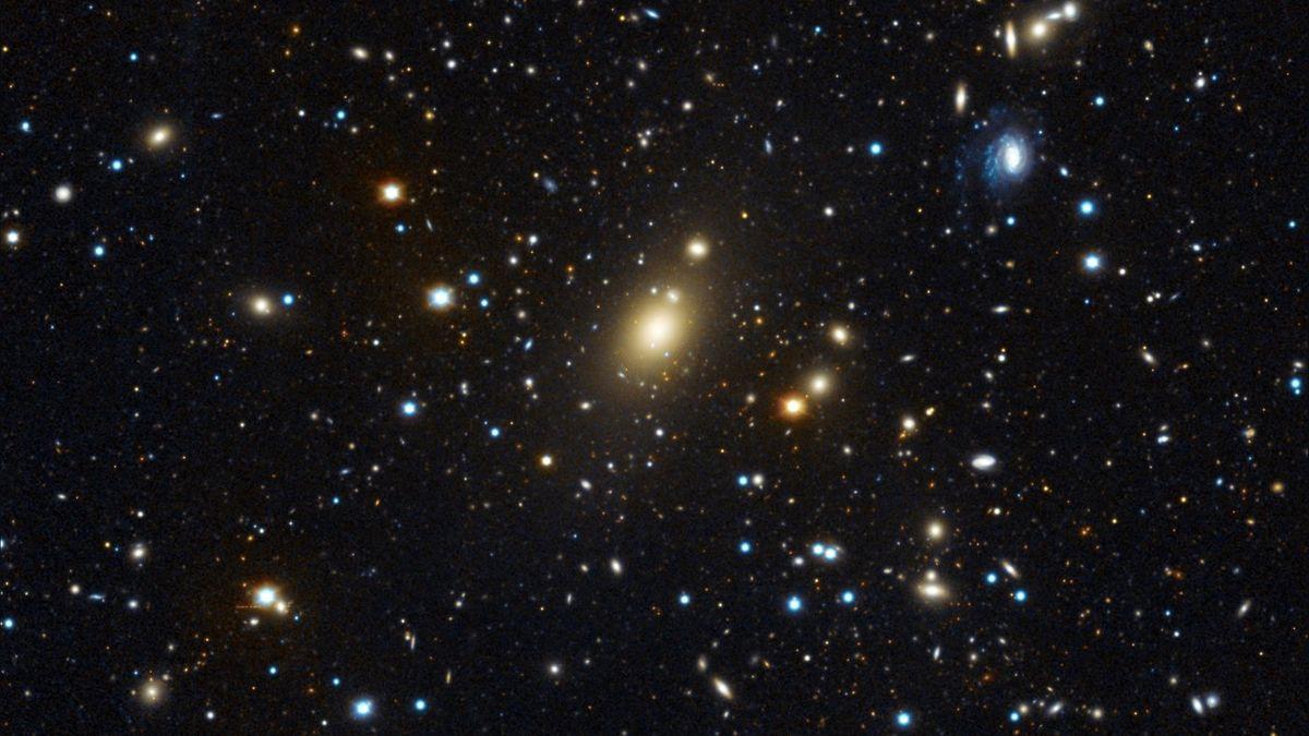 Abell 85, aufgenommen am Wendelstein-Observatorium der Ludwig-Maximilians-Universität München. Die zentrale, helle Galaxie Holm 15A hat einen ausgedehnten diffusen Kern.