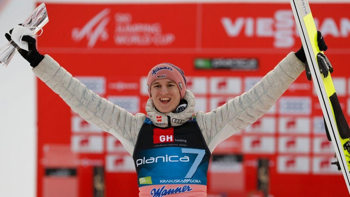 Karl Geiger feiert nach seinem Sieg in Planica.