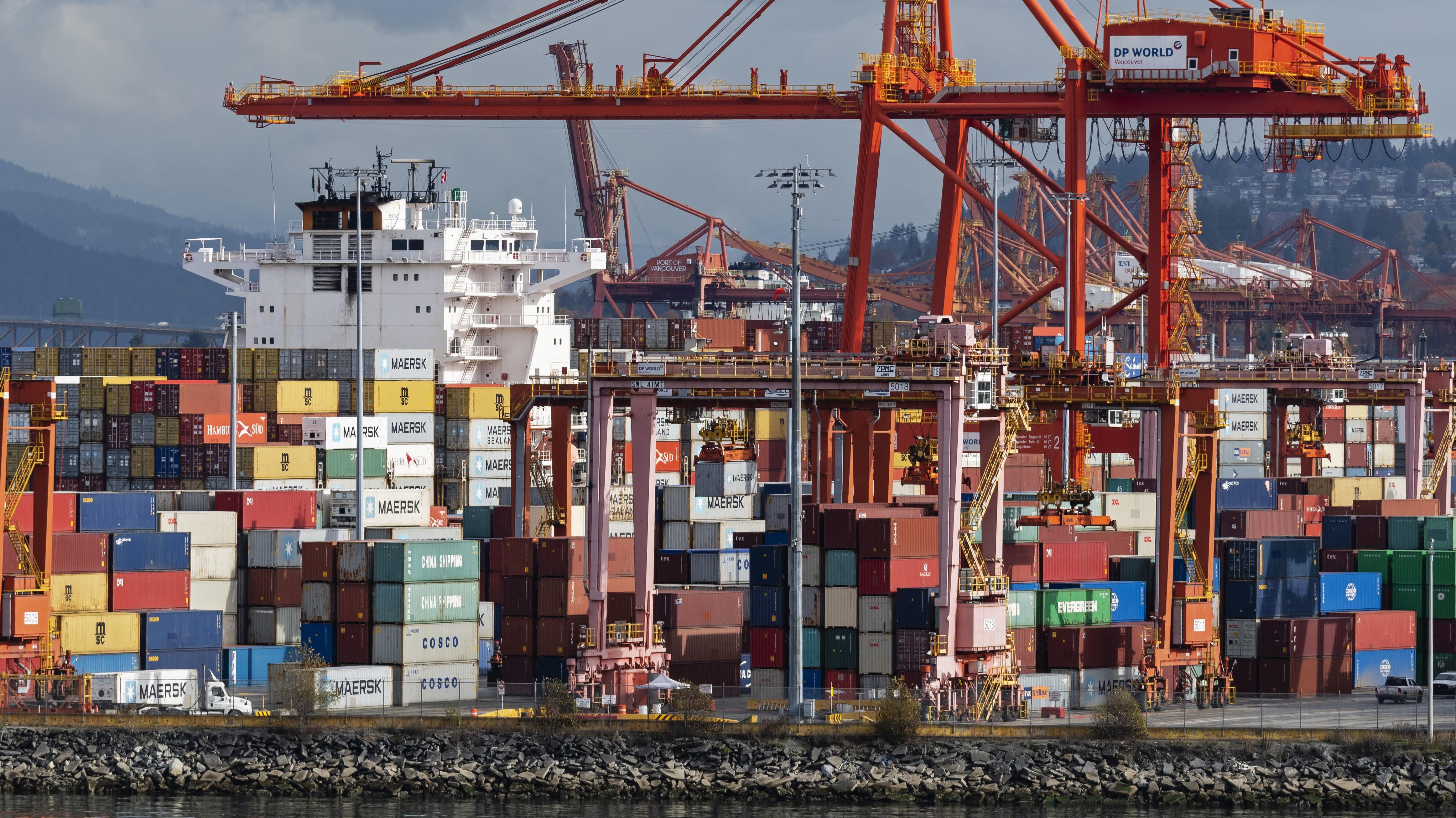 Container stehen in einem Hafen in Vancouver