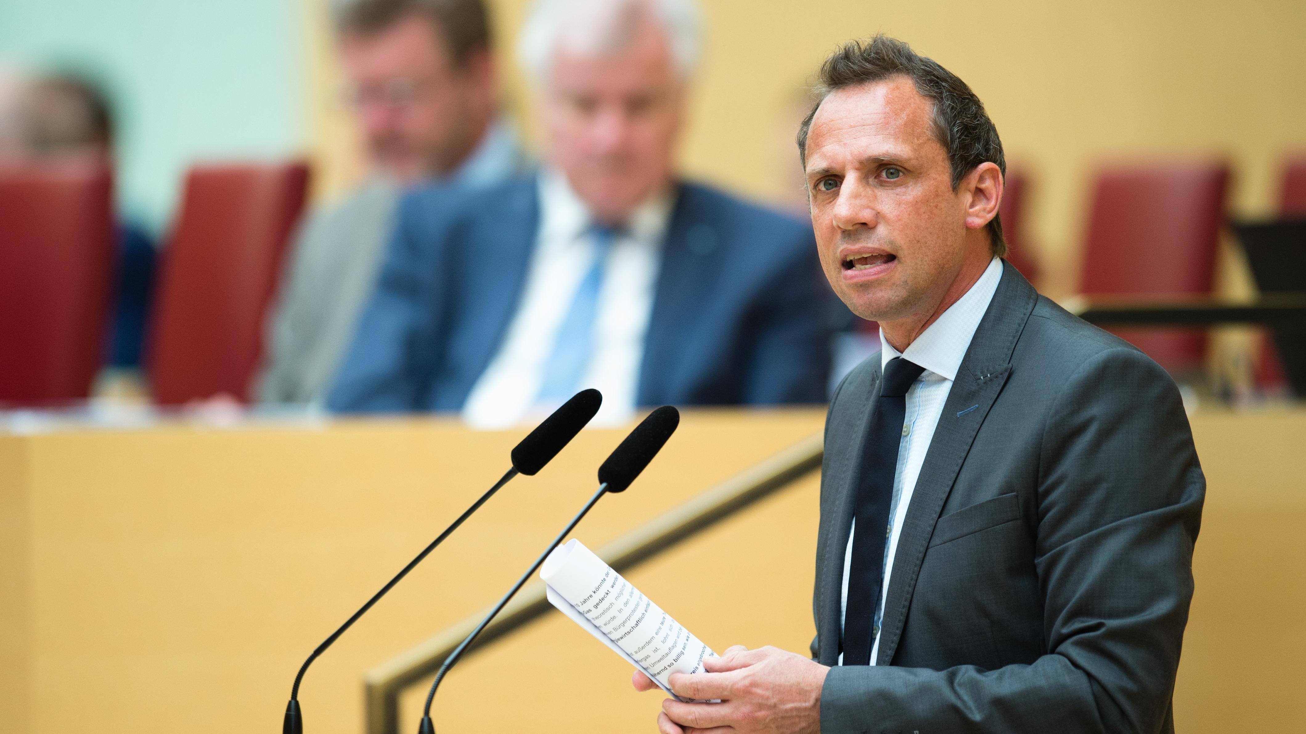 Thorsten Glauber hält eine Rede im Bayerischen Landtag. Im Hintergrund ist Horst Seehofer zu erkennen.