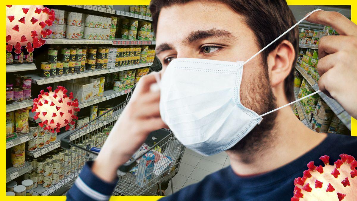 Ein junger Mann zieht sich eine Alltagsmaske auf, indem er sie an den Schlaufen über die Ohren zieht. Im Hintergrund ist der Gang eines Supermarkts zu erkennen, dazu grafische Darstellungen von Coronaviren.