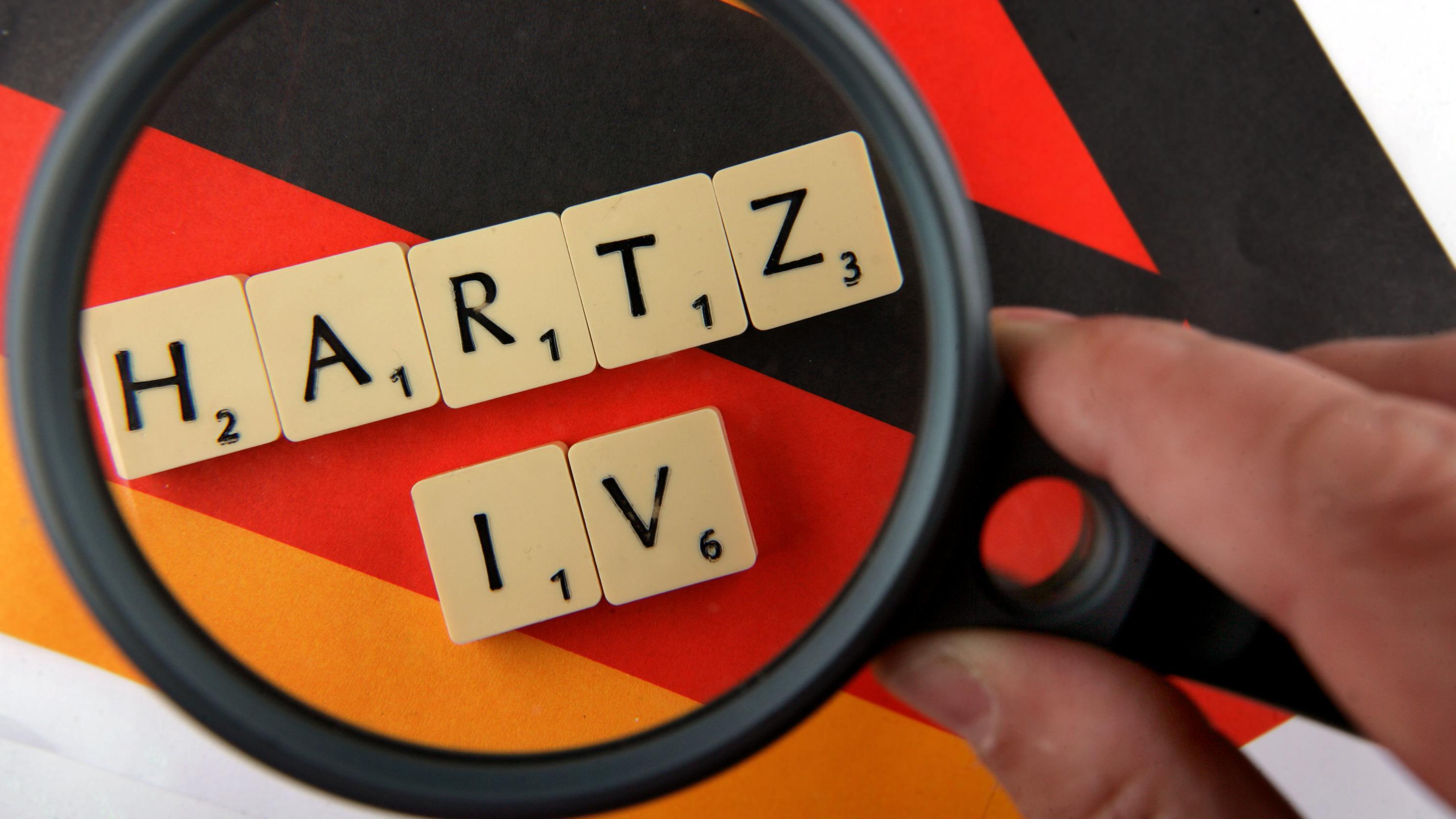 """""""Hartz IV""""-Schriftzug, mit Scrabble-Steinen gelegt, unter der Lupe"""