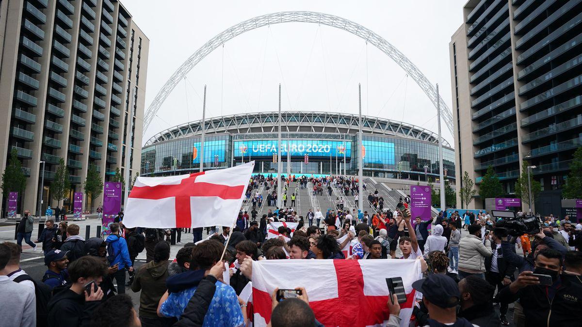 Fußballfans vor dem Londoner Wembleystadion