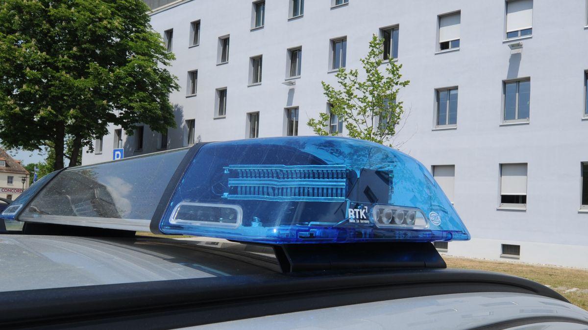 Ein Blaulicht auf dem Dach eines Polizeifahrzeugs vor dem Polizeipräsidium Oberpfalz.