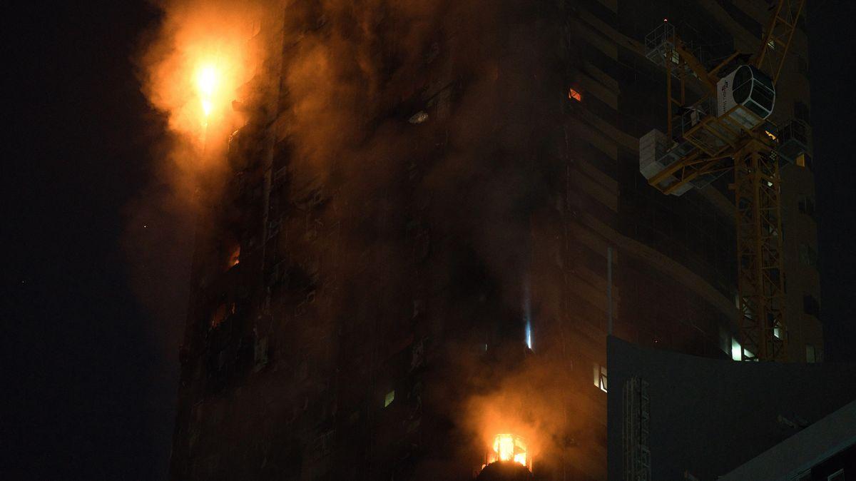 Vereinigte Arabische Emirate, Schardscha: Ein Feuer brennt an der Seite eines Hochhauses in Schardscha.