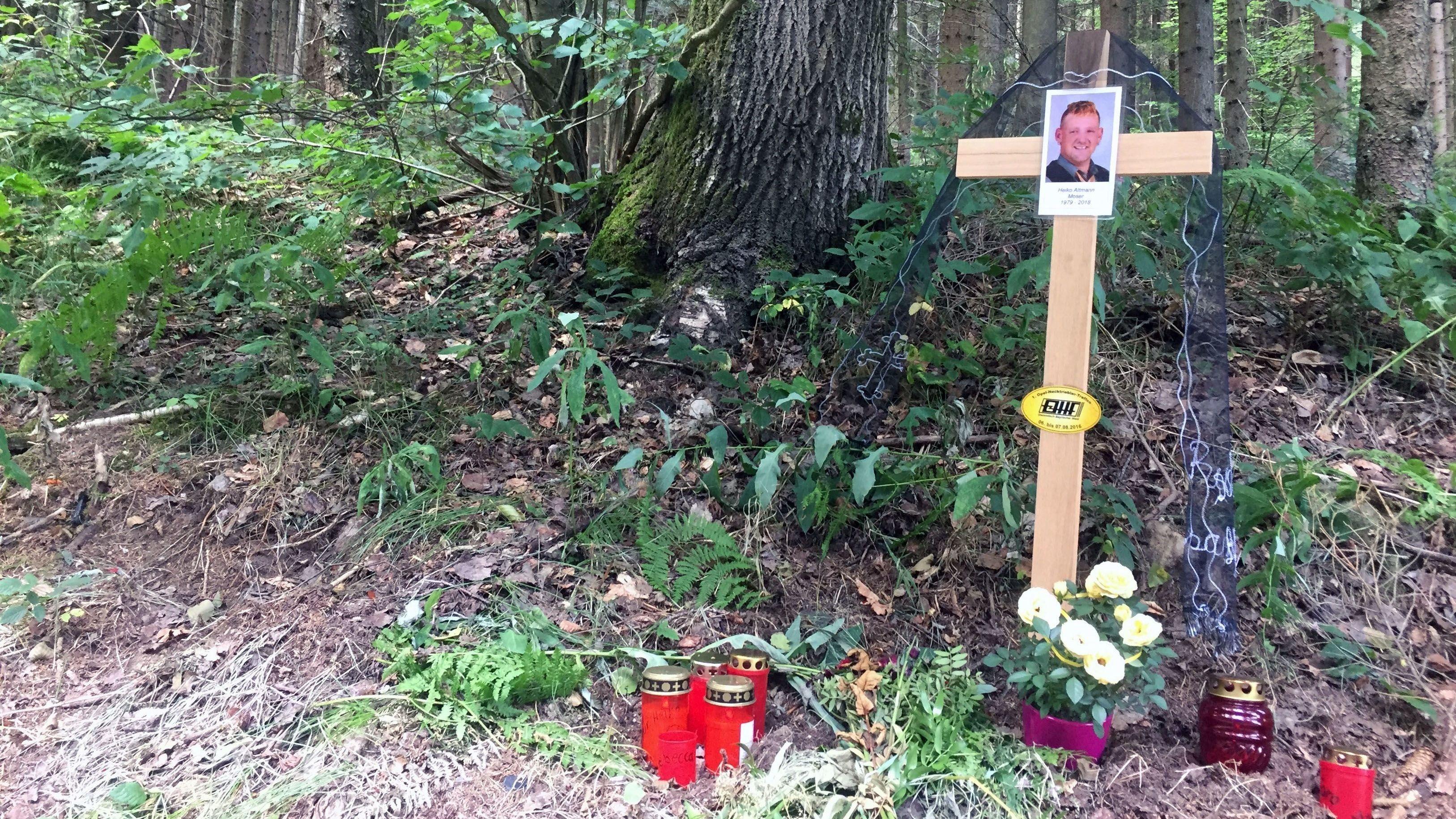 An der Unfallstelle erinnert ein Kreuz an den verstorbenen Familienvater (Archivbild)