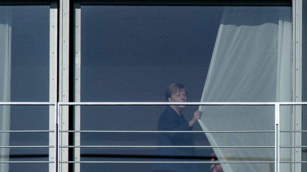 Bundeskanzlerin Angela Merkel (CDU) zieht vor Beginn des Koalitionsausschusses die Vorhänge im Kanzleramt zu.