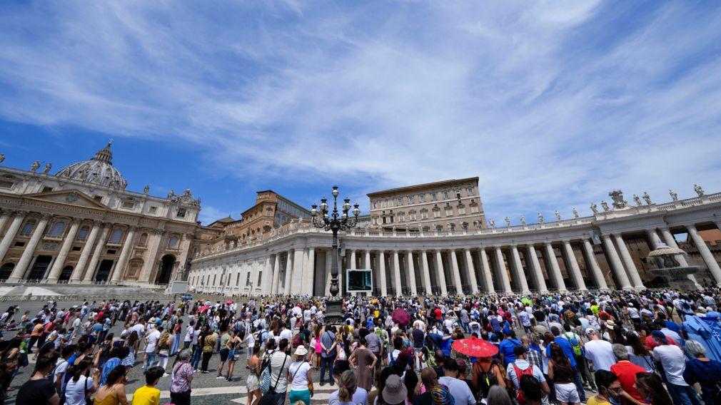 13.06.2021, Vatikan, Vatikanstadt: Menschen drängen sich auf dem Petersplatz im Vatikan während Papst Franziskus das Angelus-Mittagsgebet am Fenster seines Arbeitszimmers mit Blick auf den Petersplatz spricht.