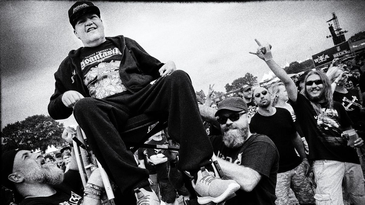 """Der Arbeiter-Samariter-Bund (ASB) Bayern bringt Heavy-Fan """"Helle"""" im Wünschewagen zum Heavy  Metal Treffen Wacken in der Nähe von Hamburg"""